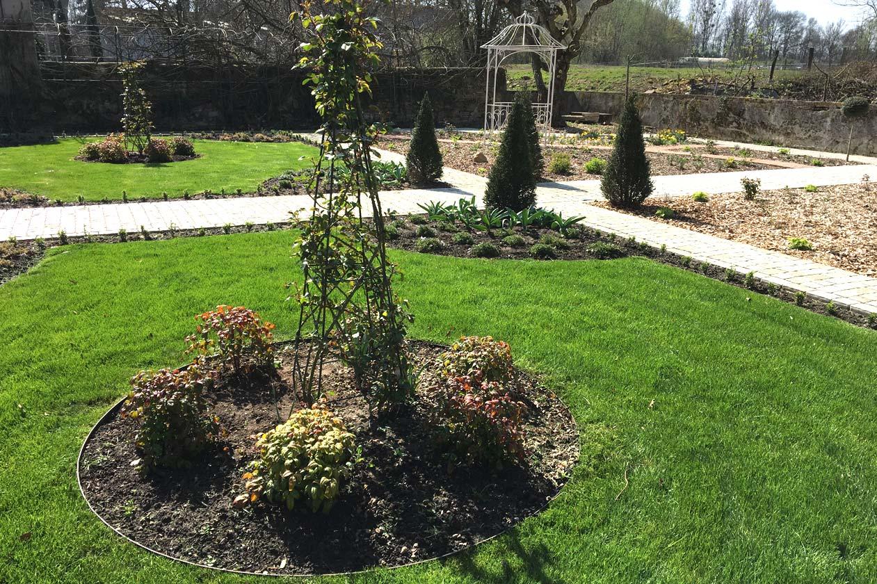 Jardin : pelouse et massifs